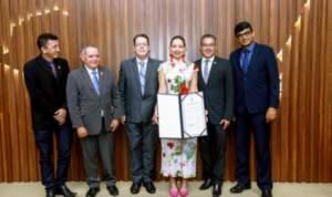 Assembleia concede medalha Ruy Araújo à cantora lírica Taís Víera