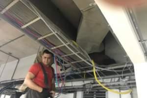 Bandido tenta entrar em loja e fica entalado no ar condicionado