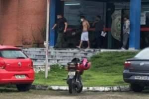 Filho mata pai a facadas e deixa mãe ferida no bairro de Petrópolis