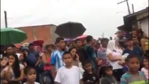 Moradores tentam impedir a reintegração usando barreira com crianças