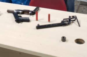 Polícia detém dois suspeitos com armas caseiras em coletivo