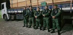 Polícia Militar apreende carga de madeira irregular na Compensa