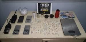 Polícia prende dupla com drogas e balanças de precisão