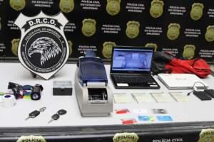 Polícia prende homem por estelionato e mulher por romper tornozeleira eletrônica