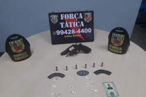 Policiais da Força Tática detêm suspeito com arma e drogas na zona Leste