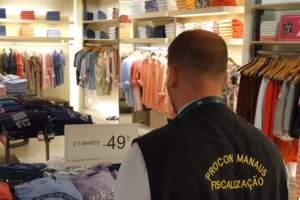 Procon Manaus recebe denúncias de consumidores e autua estabelecimentos em shoppings da cidade