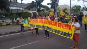 Professores protestam em frente à sede do Tribunal de Justiça