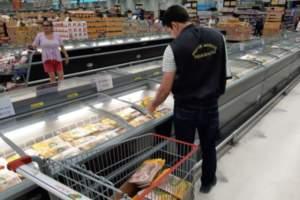 Visa apreende 30 quilos de alimentos impróprios para consumo em hipermercado na zona Oeste